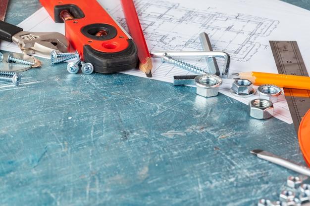Różni budów narzędzia na błękitnym tle