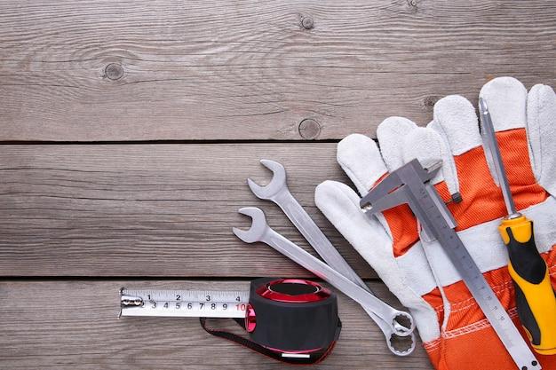 Różni budów narzędzia na szarym tle drewnianym z kopii przestrzenią.
