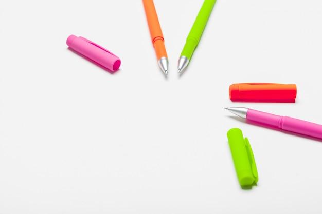 Różni kolorów pióra odizolowywający na białym tle