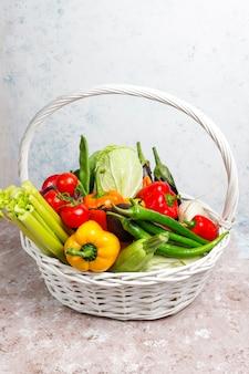 Różni kolorowi świezi warzywa na betonowej powierzchni