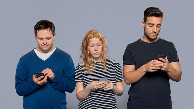 Różni ludzie sprawdzają swoje telefony