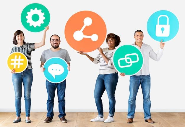 Różni ludzie z ikonami mediów społecznościowych