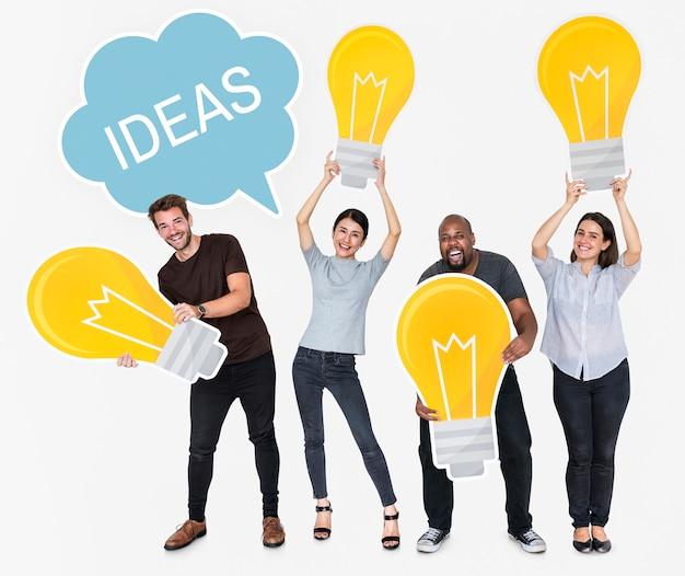 Różni ludzie z nowymi pomysłami i jasnymi żarówkami