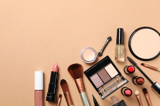 Różni makeup kosmetyki na brown tle. akcesoria dla kobiet