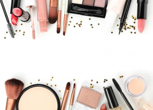 Różni makeup kosmetyki odizolowywający na białym tle