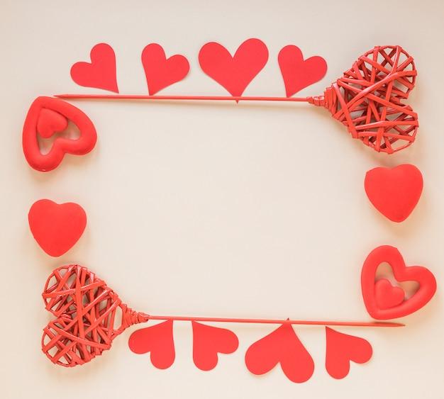 Różni serca na beżu stole