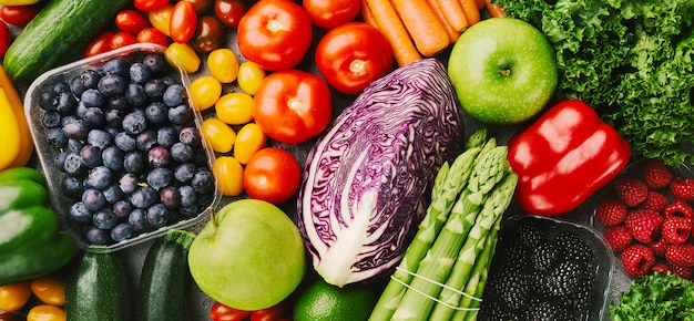 Różni smakowici warzywa na szorstkim tle