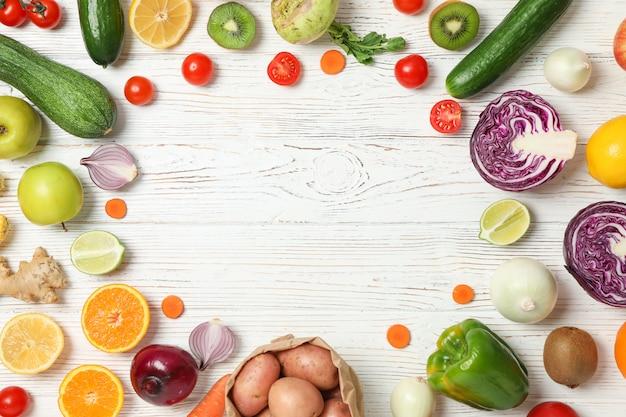 Różni warzywa i owoc na drewnianym