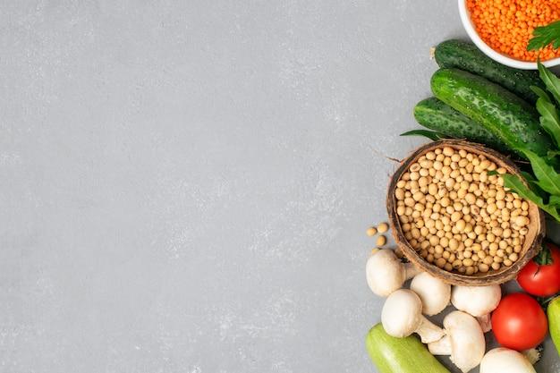 Różni warzywa i zboża na szarym stole