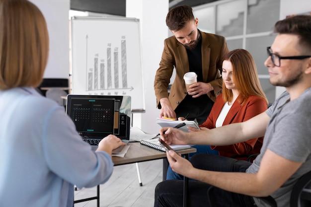 Różni współpracownicy mają spotkanie w pracy
