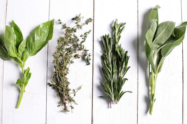 Różni ziele w białym drewnianym stole, odgórny widok