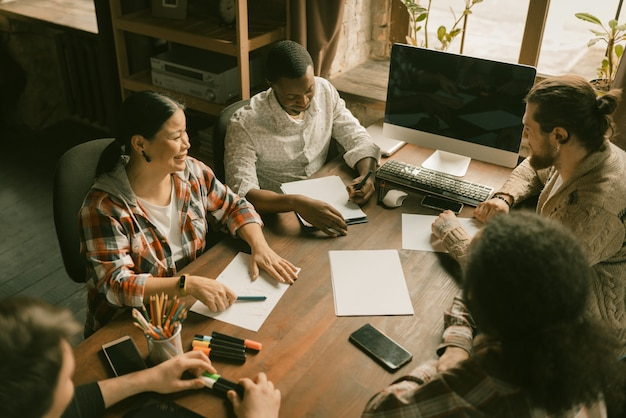 Różnorodna grupa freelancerów praca zespołowa przy uruchomieniu