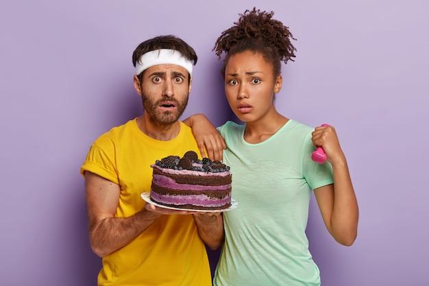 Różnorodna nieszczęśliwa para uprawia razem sport