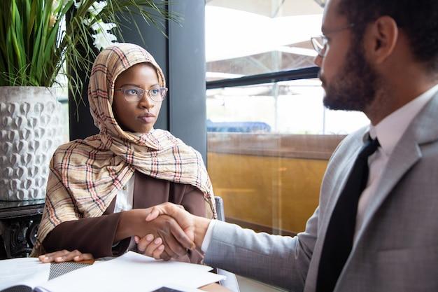 Różnorodna umowa zamknięcia partnerów biznesowych