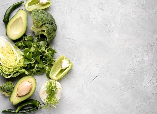 Różnorodna zielona veggies kopii przestrzeń