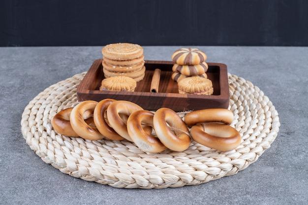 Różnorodne ciastka na trójnogu