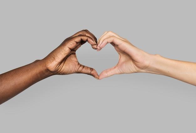 Różnorodne dłonie gestykulujące w kształcie serca