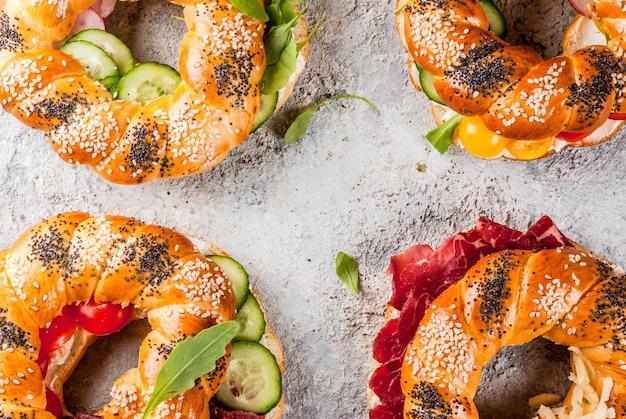Różnorodne domowe bułeczki z mięsem i warzywami
