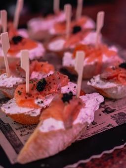 Różnorodne kanapki w formie bufetu w hiszpańskim barze
