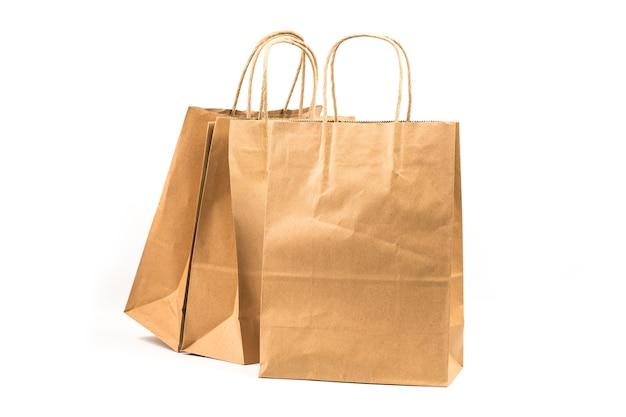 Różnorodne kraft papierowe torby odizolowywać na białym tle