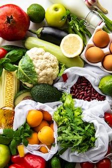 Różnorodne organiczne owoce i warzywa.