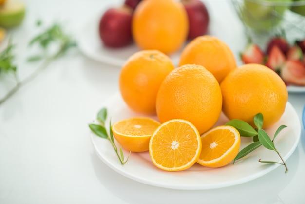 Różnorodne owoc z warzywem na drewnianym tle