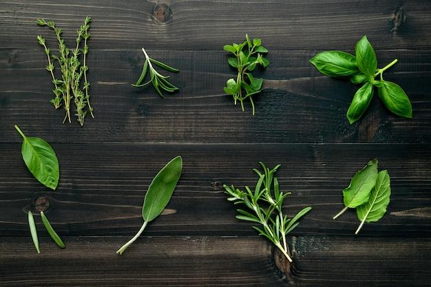 Różnorodne pikantność i ziele na drewnianym tle.