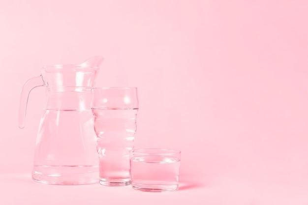 Różnorodne pojemniki pełne wody