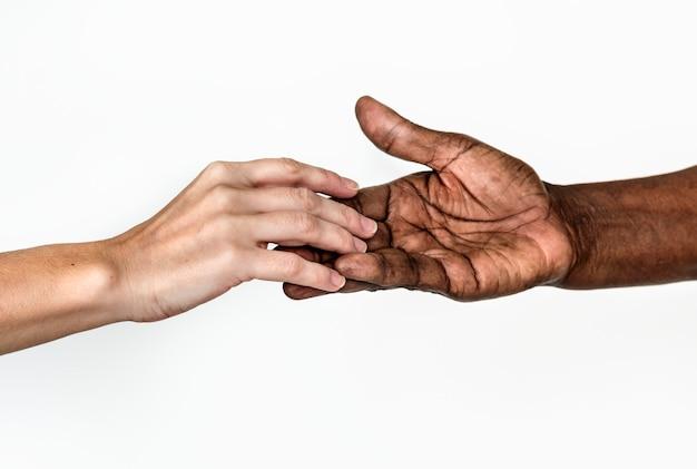 Różnorodne ręce trzymając się nawzajem