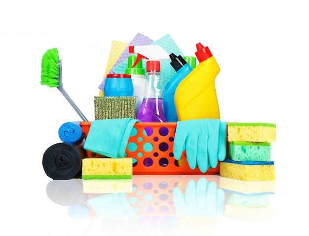 Różnorodne środki czystości w koszyku