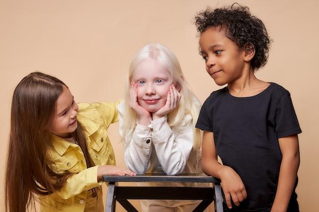 Różnorodne uśmiechnięte pozytywne dzieci pozują razem szczęśliwi