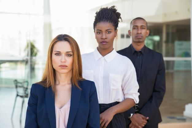Różnorodni biznesowi koledzy pozuje w biurze