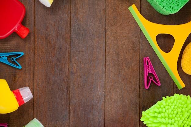 Różnorodni cleaning wyposażenie układający na drewnianym podłogowym tle