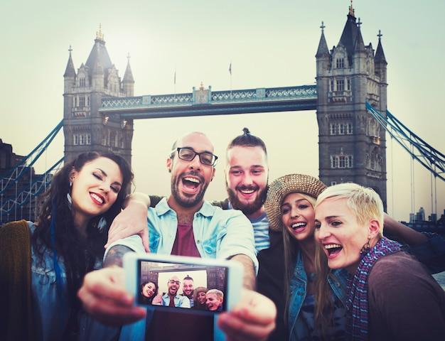Różnorodni letni przyjaciele zabawa bonding selfie concept