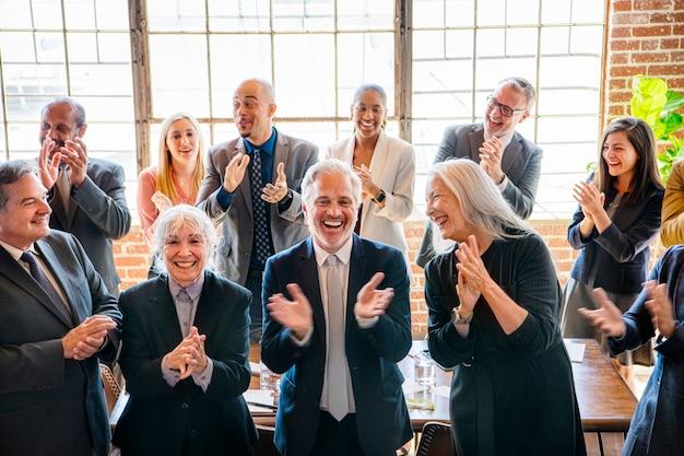 Różnorodni ludzie biznesu biją brawo z radości