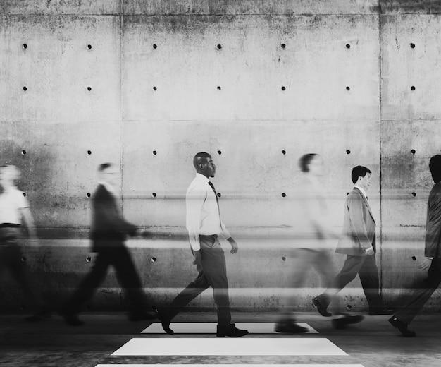 Różnorodni ludzie biznesu dojeżdżający metrem