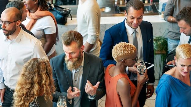 Różnorodni ludzie biznesu na przyjęciu