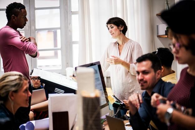 Różnorodni ludzie biznesu pracujący