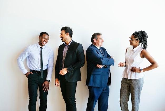 Różnorodni ludzie biznesu rozmawiają podczas przerwy