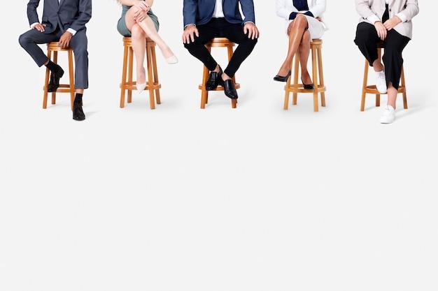 Różnorodni ludzie biznesu uśmiechają się siedząc w pracy i kampanii zawodowej