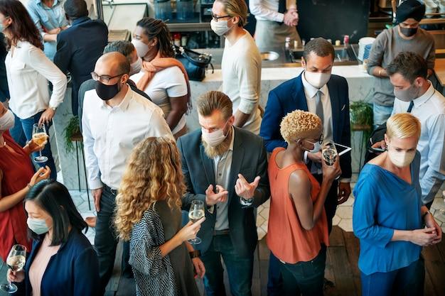 Różnorodni ludzie biznesu z maskami w nowej normie