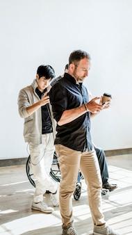 Różnorodni ludzie korzystający z telefonu w linii
