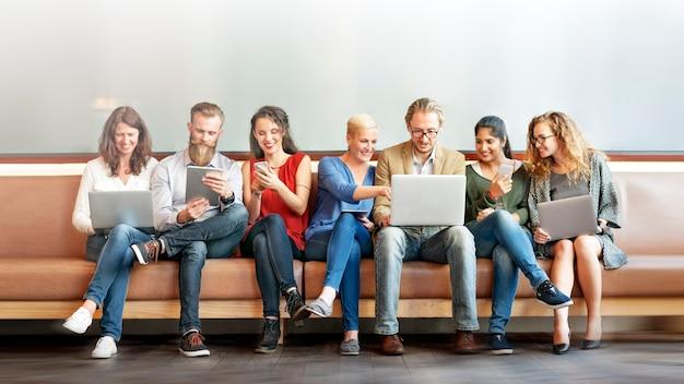 Różnorodni ludzie korzystający z urządzeń cyfrowych