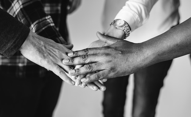 Różnorodni ludzie łączy ręki wpólnie pracę zespołową i społeczności pojęcie