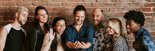 Różnorodni ludzie rozmawiają wideo przez telefon