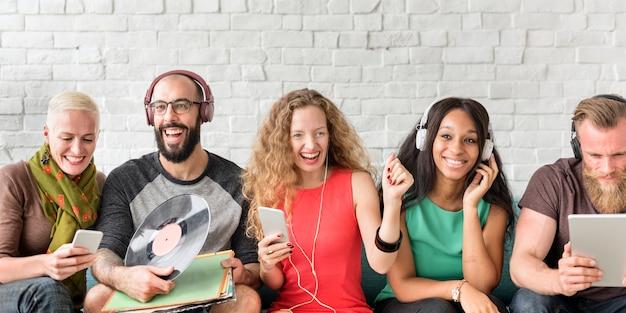 Różnorodni ludzie społeczności więzi technologii muzyki pojęcia