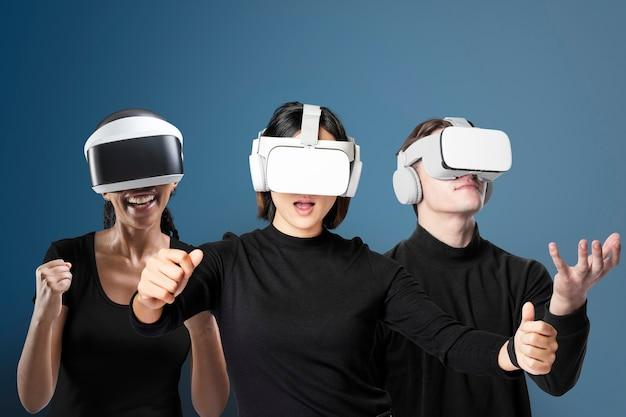 Różnorodni ludzie z zestawem słuchawkowym do wirtualnej rzeczywistości