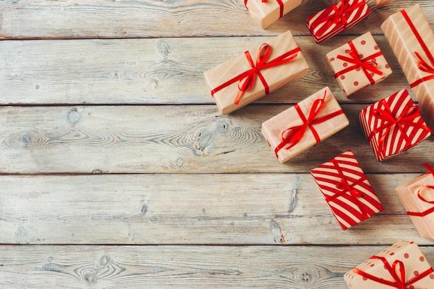 Różnorodni prezentów pudełka na drewnianym stole, odgórny widok