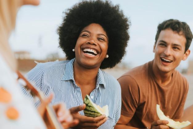 Różnorodni przyjaciele cieszy się ich plażowego pinkin