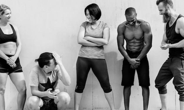 Różnorodni przyjaciele na siłowni czarno-biała fotografia